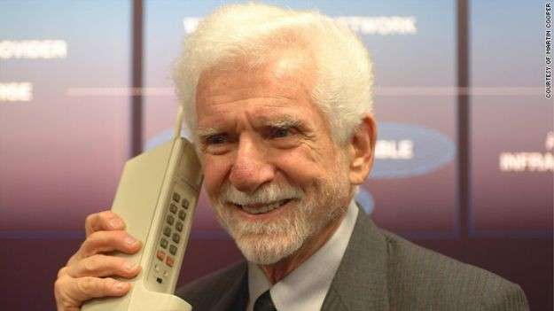 """La prima telefonata da cellulare 43 anni fa: la """"beffa"""" di Cooper"""