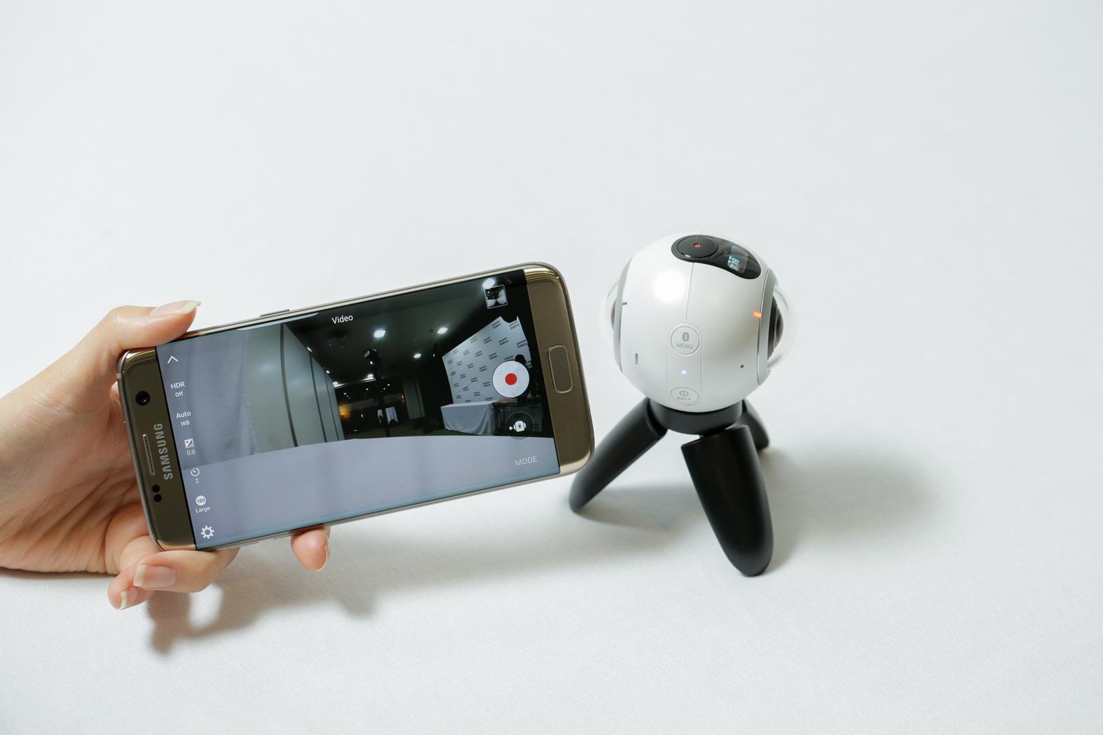Samsung Gear 360 con smartphone