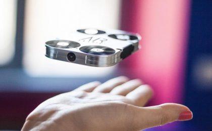 AirSelfie, piccolo drone quadricottero tascabile per selfie volanti
