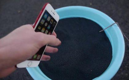 iPhone 7 rosso resiste a 12 Kg di polvere da sparo