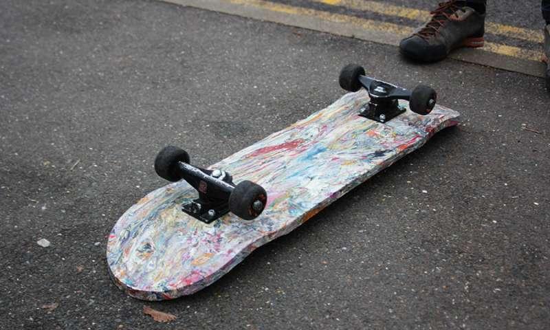 Lo skateboard fatto con plastica di buste della spesa riciclate