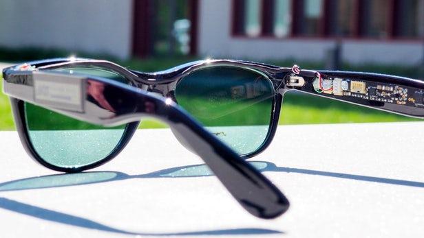 Gli occhiali da sole con pannelli per la produzione di elettricità