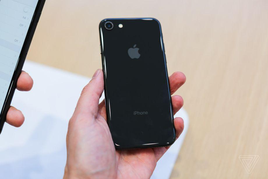 iPhone 8 e iPhone 8 Plus: riparazione vetro rotto posteriore carissima