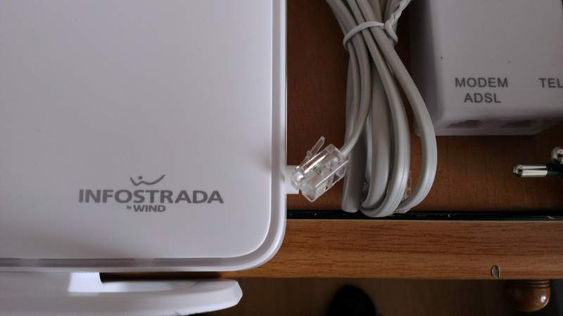 Router Infostrada con cavetti ed adattatore