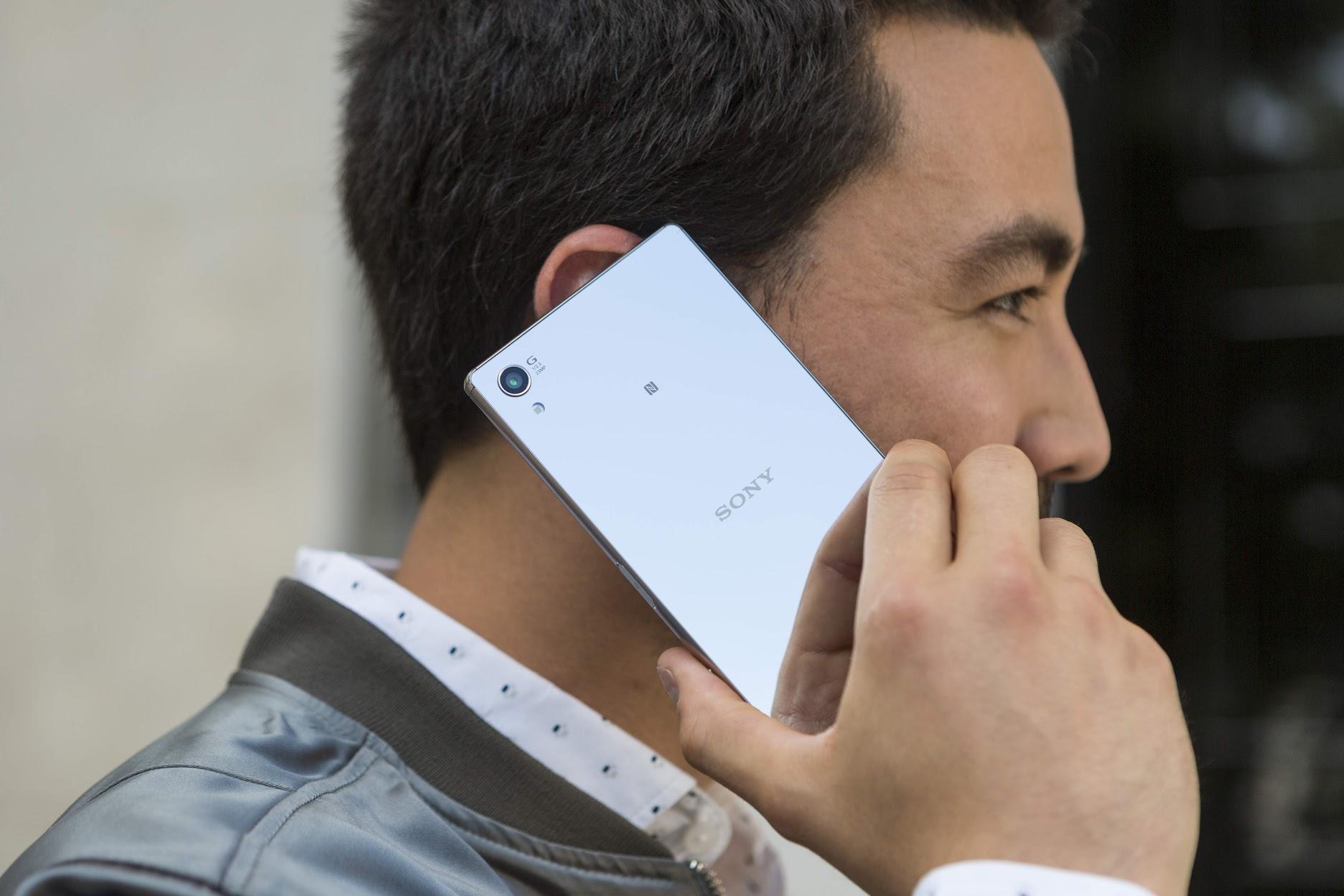 Sony Xperia Z5 Premium all'orecchio