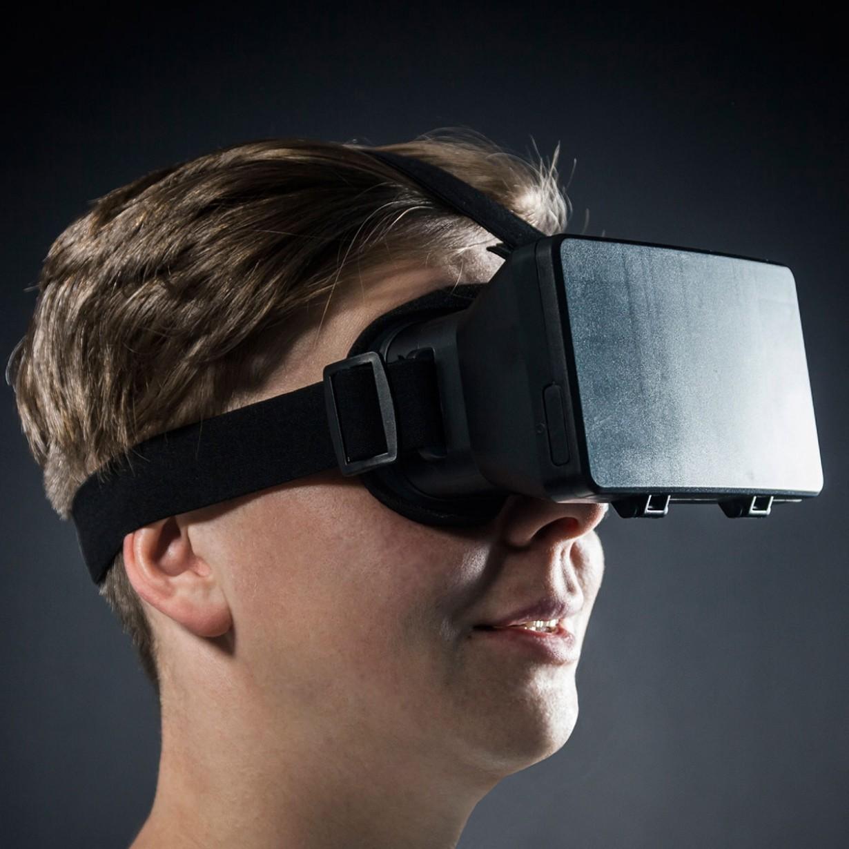 visore realta virtuale per smartphone addosso